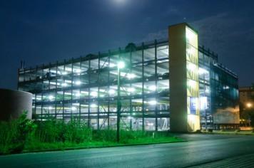 parkhaus-beleuchtet-la
